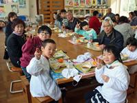 交流会で児童と給食